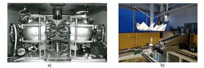 Fig. 2.II.10. a) Moyens d'essais à hauts flux thermiques radiatifs. a) Photographie d'un four de corrosion à images d'arcs [Bri12]. b) Photographie du moyen MESOX au foyer du four solaire de 6 kW d'Odeillo [Bal15]